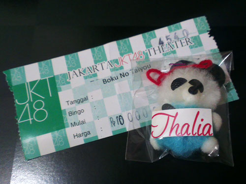 Tiket dan souvenir show malam itu.
